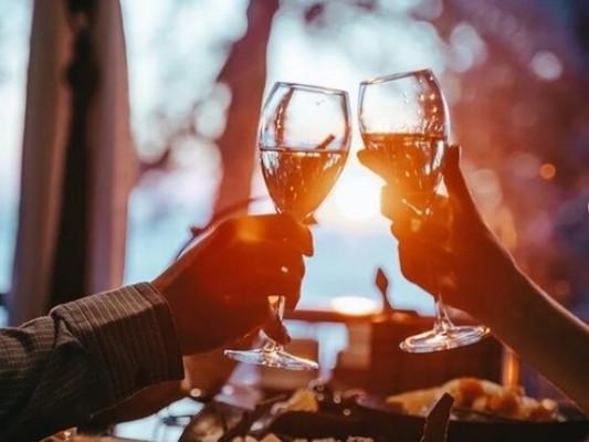 Прияный вечер с бокалом вина