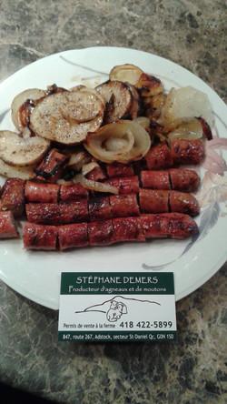 Saucisses tomate et basilic cuites sur bbq avec pomme de terre et oignons caramélisés