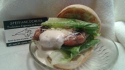 Burger à l'agneau avec boulette de viande assaisonnée comme les boulettes
