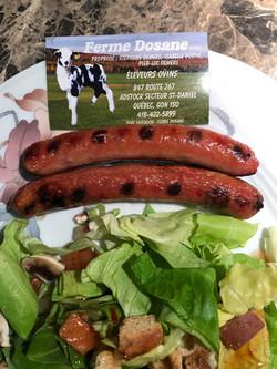 Saucisses Érable cuites sur bbq servies avec verdure