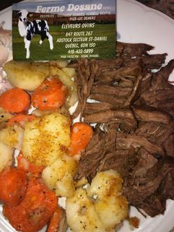 Effiloché d'agneau accompagné de pomme de terre et carottes rôties