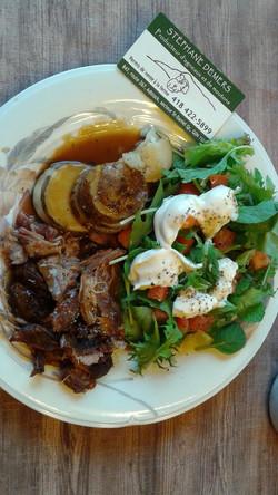 Gigot d'agneau effiloché avec pomme de terre et salade
