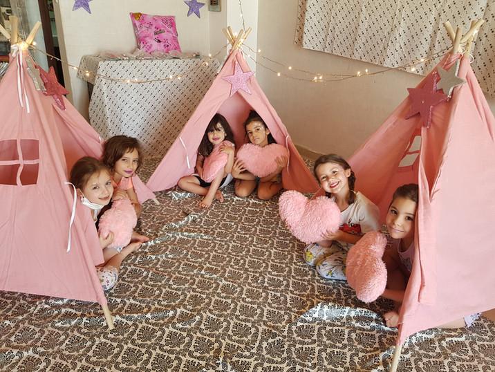 מסיבת פיג׳מות אוהלים