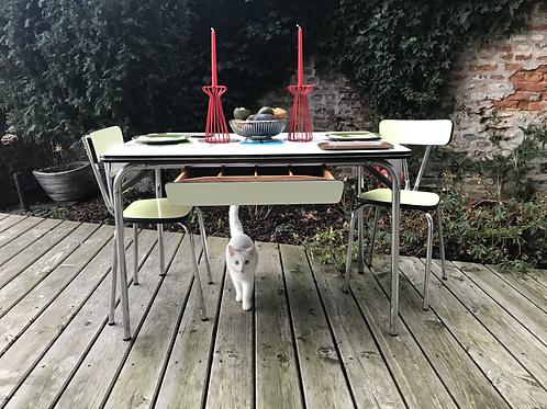 Table de cuisine en formica jaune + 2 chaises assorties