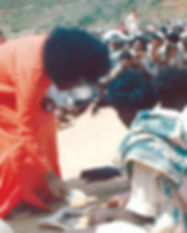 sathya-sai-baba-serving-poor-people.jpg
