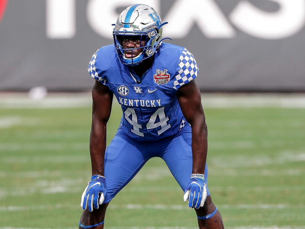 Jamin Davis, linebacker for Kentucky diagnoses a play before the snap during a college football game in 2020.