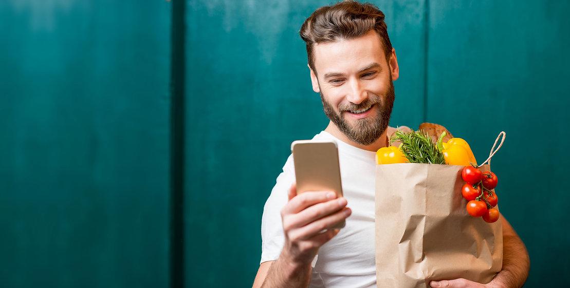 Bio-Kunde schaut sich Facebook und Instagram Posts von Bio-Läden anSchrot-Korn-Social-Media-Marketing.jpg