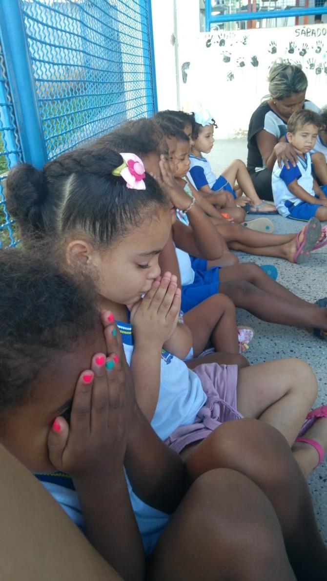 VISITAS NAS ESCOLAS - As crianças recebendo o evangelho de Marcos