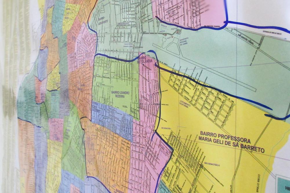 Os bairros mapeados são marcados em azul no mapa.