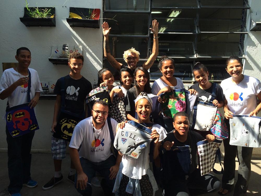Flá Apolinário e seus alunos de aula de Upcycling