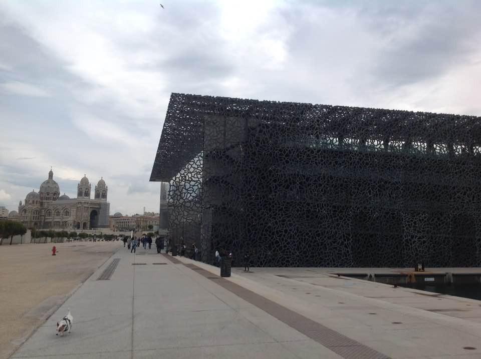 monuments de Marseille : Le Mucem et La cathédrale La Major de par temps gris