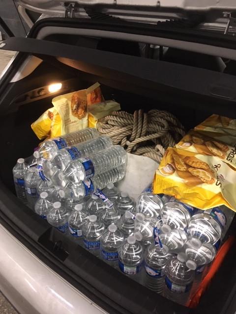 90 bouteilles d'eau et 20 paquets de KRISCROLL