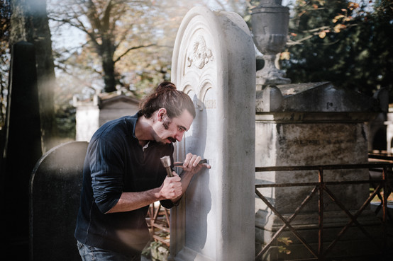 julie-lefort-photographe-photographie-tournage-concert-portrait-friche-voyage-fontenay-sous-bois-vincennes-saint-mande-val-marne-graveur-gravure-sur-pierre-cimetierre-pere-lachaise-041