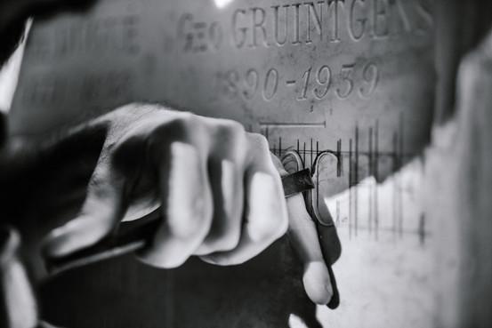 julie-lefort-photographe-photographie-tournage-concert-portrait-friche-voyage-fontenay-sous-bois-vincennes-saint-mande-val-marne-graveur-gravure-sur-pierre-cimetierre-pere-lachaise-036