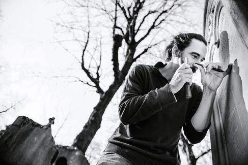 julie-lefort-photographe-photographie-tournage-concert-portrait-friche-voyage-fontenay-sous-bois-vincennes-saint-mande-val-marne-graveur-gravure-sur-pierre-cimetierre-pere-lachaise-046