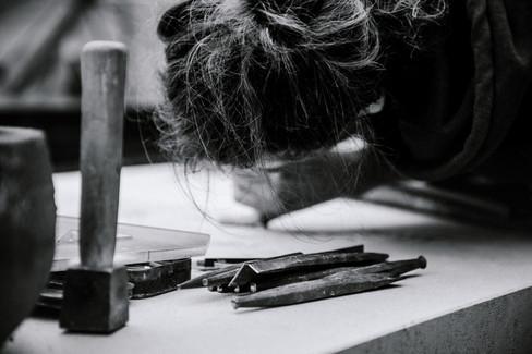 julie-lefort-photographe-photographie-tournage-concert-portrait-friche-voyage-fontenay-sous-bois-vincennes-saint-mande-val-marne-graveur-gravure-sur-pierre-juliette-greco-cimetierre-11