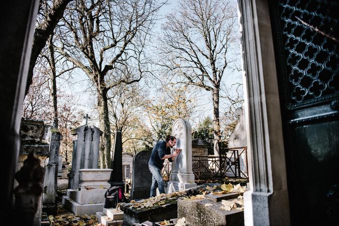 julie-lefort-photographe-photographie-tournage-concert-portrait-friche-voyage-fontenay-sous-bois-vincennes-saint-mande-val-marne-graveur-gravure-sur-pierre-cimetierre-pere-lachaise-031