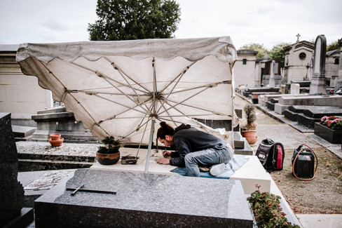 julie-lefort-photographe-photographie-tournage-concert-portrait-friche-voyage-fontenay-sous-bois-vincennes-saint-mande-val-marne-graveur-gravure-sur-pierre-juliette-greco-cimetierre-09