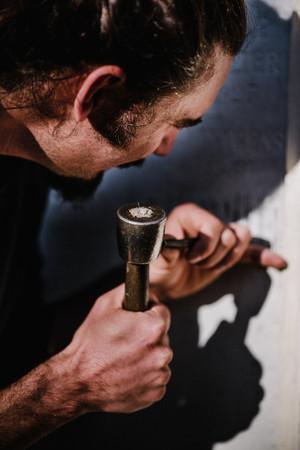 julie-lefort-photographe-photographie-tournage-concert-portrait-friche-voyage-fontenay-sous-bois-vincennes-saint-mande-val-marne-graveur-gravure-sur-pierre-cimetierre-pere-lachaise-034