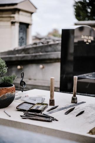 julie-lefort-photographe-photographie-tournage-concert-portrait-friche-voyage-fontenay-sous-bois-vincennes-saint-mande-val-marne-graveur-gravure-sur-pierre-juliette-greco-cimetierre-21
