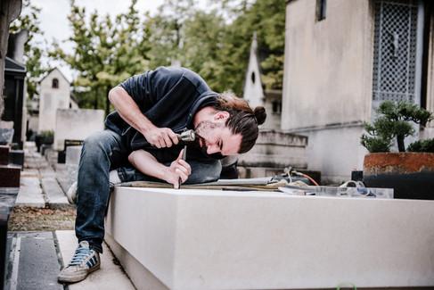 julie-lefort-photographe-photographie-tournage-concert-portrait-friche-voyage-fontenay-sous-bois-vincennes-saint-mande-val-marne-graveur-gravure-sur-pierre-juliette-greco-cimetierre-25