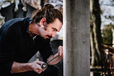 julie-lefort-photographe-photographie-tournage-concert-portrait-friche-voyage-fontenay-sous-bois-vincennes-saint-mande-val-marne-graveur-gravure-sur-pierre-cimetierre-pere-lachaise-037
