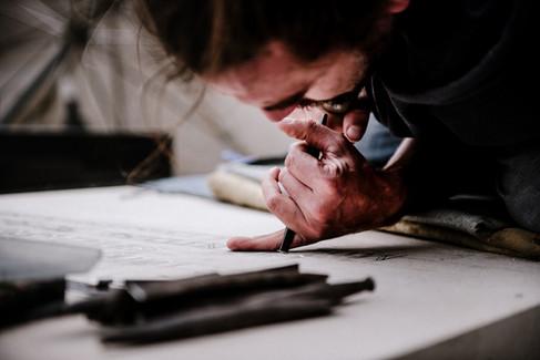 julie-lefort-photographe-photographie-tournage-concert-portrait-friche-voyage-fontenay-sous-bois-vincennes-saint-mande-val-marne-graveur-gravure-sur-pierre-juliette-greco-cimetierre-10