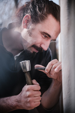 julie-lefort-photographe-photographie-tournage-concert-portrait-friche-voyage-fontenay-sous-bois-vincennes-saint-mande-val-marne-graveur-gravure-sur-pierre-cimetierre-pere-lachaise-042