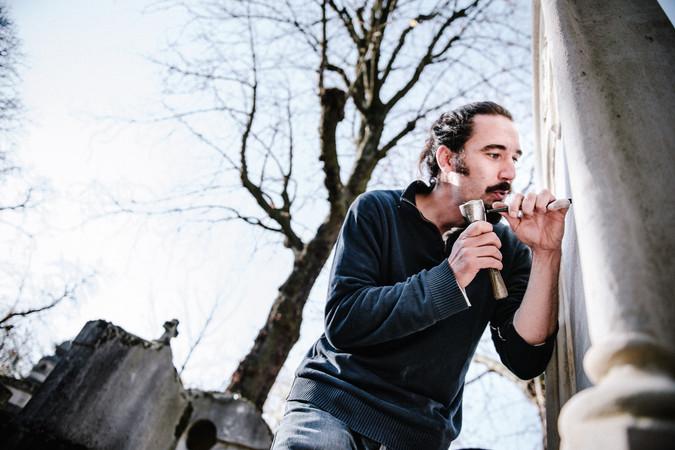 julie-lefort-photographe-photographie-tournage-concert-portrait-friche-voyage-fontenay-sous-bois-vincennes-saint-mande-val-marne-graveur-gravure-sur-pierre-cimetierre-pere-lachaise-049