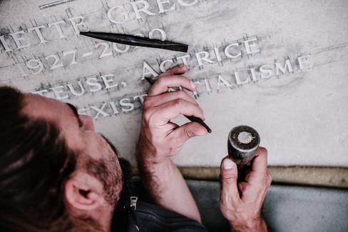 julie-lefort-photographe-photographie-tournage-concert-portrait-friche-voyage-fontenay-sous-bois-vincennes-saint-mande-val-marne-graveur-gravure-sur-pierre-juliette-greco-cimetierre-24