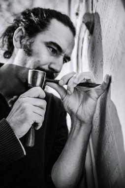 julie-lefort-photographe-photographie-tournage-concert-portrait-friche-voyage-fontenay-sous-bois-vincennes-saint-mande-val-marne-graveur-gravure-sur-pierre-cimetierre-pere-lachaise-044