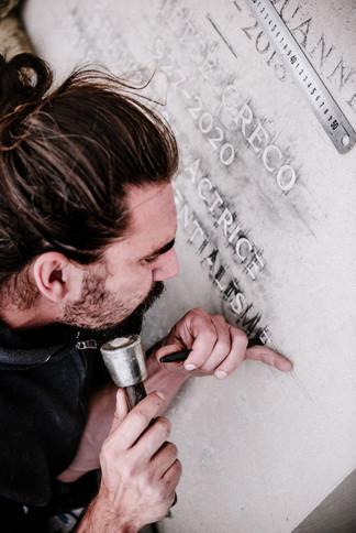 julie-lefort-photographe-photographie-tournage-concert-portrait-friche-voyage-fontenay-sous-bois-vincennes-saint-mande-val-marne-graveur-gravure-sur-pierre-juliette-greco-cimetierre-22