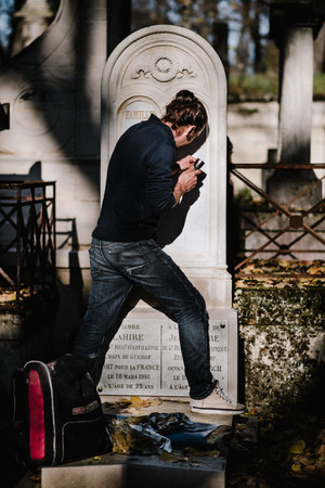julie-lefort-photographe-photographie-tournage-concert-portrait-friche-voyage-fontenay-sous-bois-vincennes-saint-mande-val-marne-graveur-gravure-sur-pierre-cimetierre-pere-lachaise-032