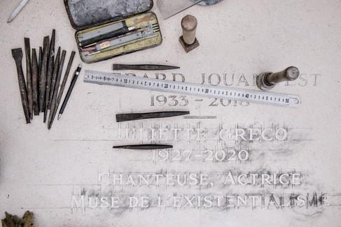 julie-lefort-photographe-photographie-tournage-concert-portrait-friche-voyage-fontenay-sous-bois-vincennes-saint-mande-val-marne-graveur-gravure-sur-pierre-juliette-greco-cimetierre-23