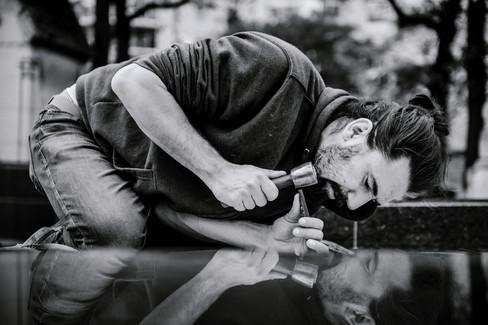 julie-lefort-photographe-photographie-tournage-concert-portrait-friche-voyage-fontenay-sous-bois-vincennes-saint-mande-val-marne-graveur-gravure-sur-pierre-juliette-greco-cimetierre-19