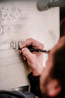 julie-lefort-photographe-photographie-tournage-concert-portrait-friche-voyage-fontenay-sous-bois-vincennes-saint-mande-val-marne-graveur-gravure-sur-pierre-juliette-greco-cimetierre-05