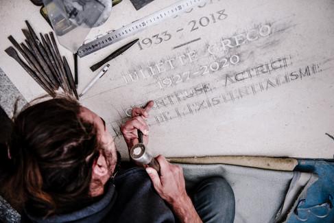 julie-lefort-photographe-photographie-tournage-concert-portrait-friche-voyage-fontenay-sous-bois-vincennes-saint-mande-val-marne-graveur-gravure-sur-pierre-juliette-greco-cimetierre-14