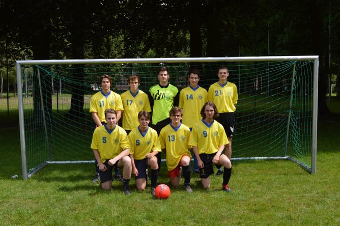 Spannende voetbalwedstrijd leerkrachten - leerlingen