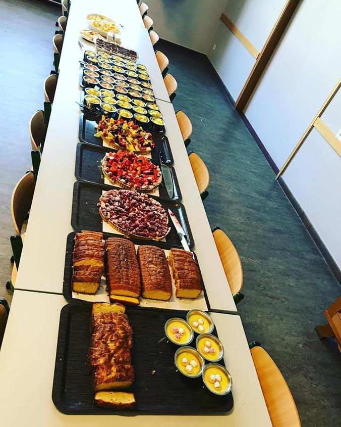Dessertenbuffet voor internen na winst in 4 tegen allen
