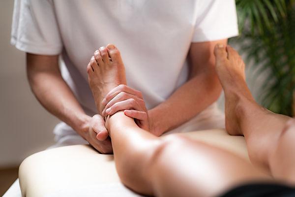 leg-pain-osteopathy-treatment-N85MGR4.jp