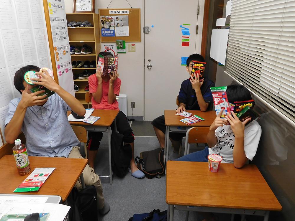 お菓子をもらった生徒たちです。