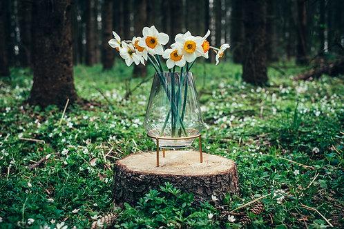 Váza se zlatým podstavcem