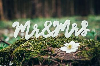 Dekorační nápis Mr. & Mrs. bílý