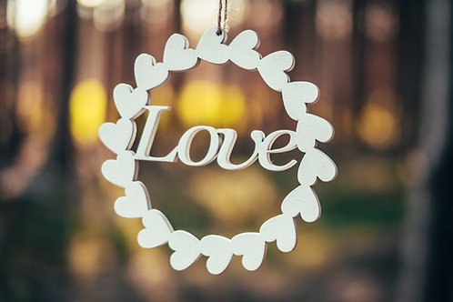 Nápis Love v ozdobném kruhu