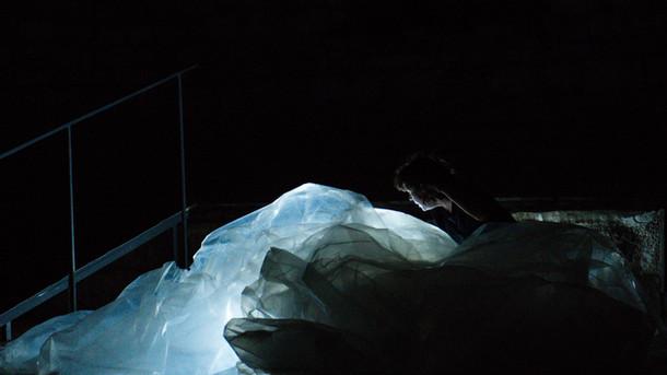 beden damlaları / body drops  premiered 15th istanbul biennial choreography tuğçe tuna  sound design vahit tuna  light design utku kara photo murat dürüm