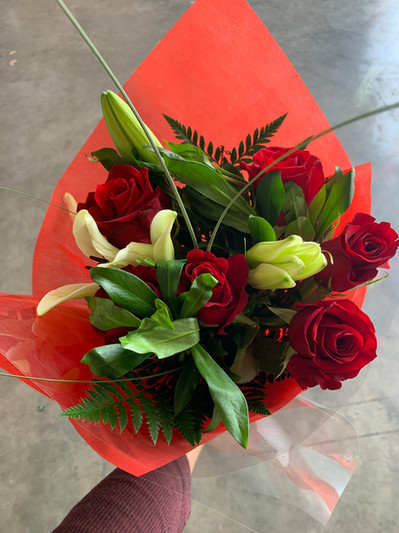 Our 6 Stem Rouse Bouquet is the perfect way to say I love you.