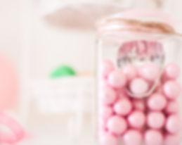 Κοντινό πλάνο φωτογραφίας στολισμού βάπτισης, από το Studio 43 photography στη Θεσσαλονίκη. Απεικονίζονται crispy ροζ περλέ κουφέτα Χατζηγιαννάκη. Close up photo, from a christening in Thessaloniki, by Studio 43 photography. Hatziyiannakis dragees were used for this stylish photograph, in crispy pink colour.