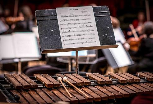 Κοντινή φωτογραφία αναλόγιου & παρτιτούρας ορχήστρας στη Θεσσαλονίκη, από το Studio 43 photography, φωτογραφία εκδηλώσεων.