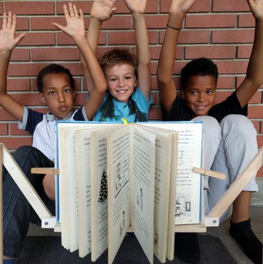 Tätsächlich, unser armfreier schwebeloser Bücherständer steht von selbst. Nie wieder fallen uns die Arme beim Lesen ab.