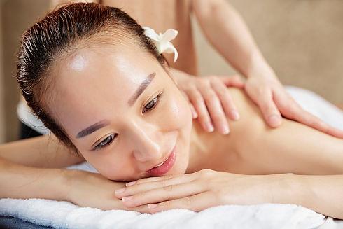 asian-woman-enjoying-back-massage-ZPV3E9